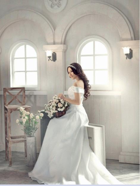 新娘婚纱照造型:活泼可爱型   脸型较可爱的新娘可以充分利用自己的